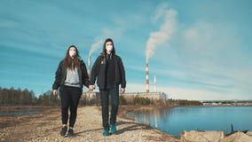Dois residentes de uma cidade industrial, um homem e uma mulher, estão andando ao longo de uma estrada de terra filme