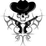 Dois revólveres e crânios no chapéu Imagens de Stock