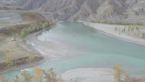 Dois rios da montanha com afluência da água azul Vista da parte superior filme