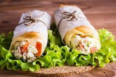 Dois rolos do pão árabe enchidos com queijo, galinha e tomates Imagem de Stock