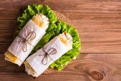 Dois rolos do pão árabe enchidos com queijo, galinha e tomates Fotografia de Stock Royalty Free