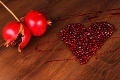 Dois romã e composição do coração Imagens de Stock