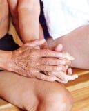 Dois sêniores que guardam as mãos na sauna foto de stock royalty free
