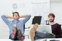 Dois sócios comerciais novos seguros relaxado Fotos de Stock Royalty Free