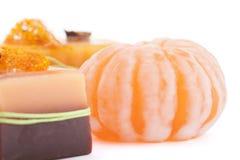 Dois sabões alaranjados do chocolate com cravo-da-índia, Illicium, canela, bucha e mandarino na parte superior no fundo branco Fotografia de Stock