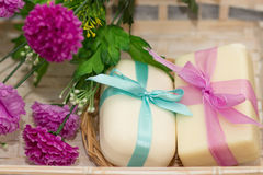 Dois sabões com curvas no busket de madeira com flores roxas Imagens de Stock Royalty Free
