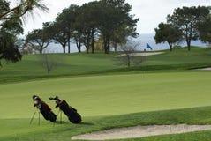 Dois sacos de golfe no campo de golfe Fotografia de Stock