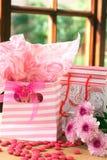 Dois sacos do presente com doces cor-de-rosa ao redor Fotografia de Stock Royalty Free