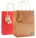 Dois sacos do presente feitos do papel recicl, natural Imagem de Stock