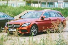 Dois sedan do preto da C-classe W205 de Mercedes-Benz e wago vermelho da estação Imagem de Stock