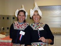 Dois senhora-voluntários no bazar holandês Imagens de Stock