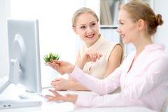 Dois senhoras ou colegas do negócio que discutem algo no fundo do escritório Foto de Stock Royalty Free