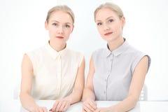 Dois senhoras ou colegas do negócio que discutem algo no fundo do escritório Fotos de Stock