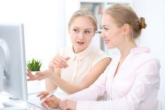 Dois senhoras ou colegas do negócio que discutem algo no fundo do escritório Imagem de Stock