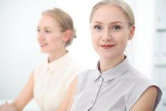 Dois senhoras ou colegas do negócio que discutem algo no fundo do escritório Fotografia de Stock Royalty Free