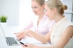 Dois senhoras ou colegas do negócio que discutem algo no fundo do escritório Fotografia de Stock