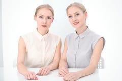 Dois senhoras ou colegas do negócio que discutem algo no fundo do escritório Fotos de Stock Royalty Free