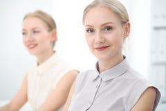 Dois senhoras ou colegas do negócio que discutem algo no fundo do escritório Imagens de Stock Royalty Free