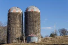 Dois silos de grão concretos velhos em um montanhês, inverno do céu azul fotos de stock