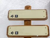 Dois sinais de madeira com setas indicativas Foto de Stock
