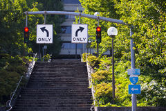 Dois sinais vermelhos e sentidos de condução opostos Fotos de Stock