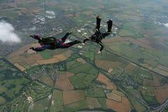 Dois skydivers que performaing formações Fotografia de Stock
