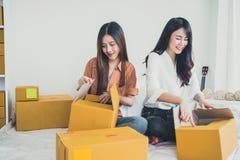 Dois SME startup d do empresário da empresa de pequeno porte dos povos asiáticos novos fotografia de stock royalty free