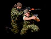 Dois soldados no uniforme camuflar com arma Foto de Stock Royalty Free