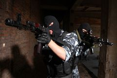 Dois soldados que alvejam com injetores Imagem de Stock