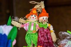 Dois stuffeds decorativos da palha, brinquedos dos povos do russo imagens de stock royalty free