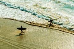 Dois surfistas Fotografia de Stock Royalty Free