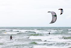 Dois surfistas do papagaio do paralelle Fotos de Stock Royalty Free