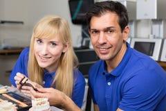 Dois técnicos dentais que escolhem a cor direita Fotos de Stock Royalty Free