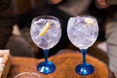 Dois tônicos da gim no copo azul de vidro largo Imagens de Stock