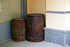 Dois tambores de madeira velhos no canto da casa Fotos de Stock Royalty Free