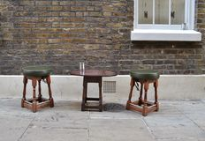 Dois tamboretes de madeira e uma tabela pequena Fotografia de Stock