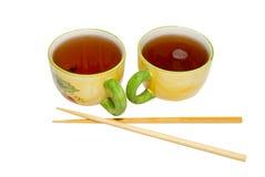 Dois teacups com chá e chopsticks imagem de stock