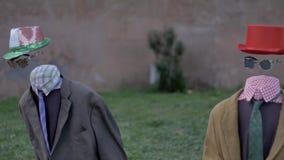 Dois ternos vazios da ilusão dos executores da rua sustentam fantoches do movimento da comédia video estoque