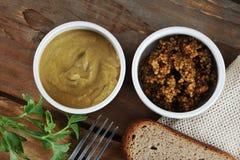 Dois tipos da mostarda - uma mostarda clássica e mostarda de Dijon Fotografia de Stock Royalty Free