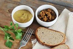 Dois tipos da mostarda - uma mostarda clássica e mostarda de Dijon Fotos de Stock Royalty Free
