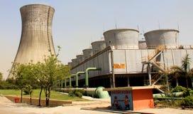 Dois tipos de torres refrigerando do central elétrica térmico Imagens de Stock