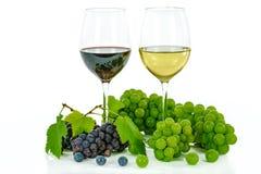 Dois tipos de vinho e de uvas Fotografia de Stock