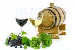 Dois tipos de vinho e de uvas Imagens de Stock Royalty Free