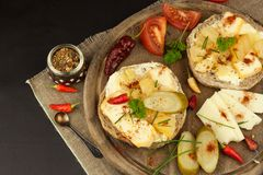Dois tipos do queijo no pão Café da manhã saudável na mesa de cozinha Pão com o tomate e o pimentão de cereja do queijo Imagens de Stock Royalty Free