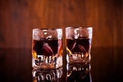 Dois tiros do rum com fundo de madeira Fotografia de Stock Royalty Free