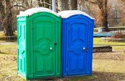 Dois toaletes plásticos exteriores imagem de stock