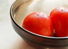 Dois tomates em uma placa Fotografia de Stock Royalty Free