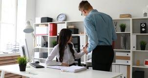Dois trabalhadores de escritório que fazem anotações a bordo