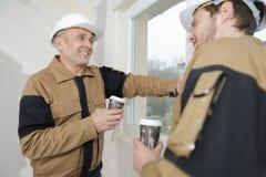 Dois trabalhadores manuais que apreciam a ruptura de café fotos de stock royalty free