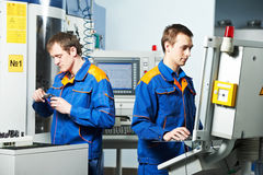 Dois trabalhadores na oficina da ferramenta Imagens de Stock Royalty Free